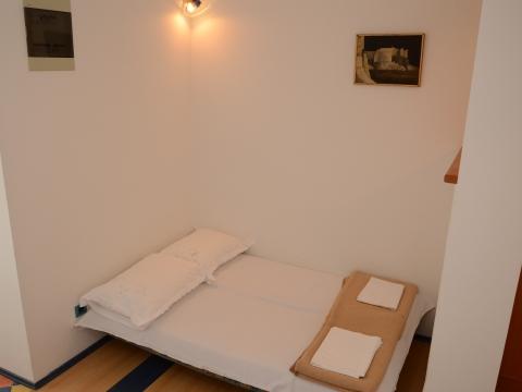 Krevet u dnevnom dijelu apartmana