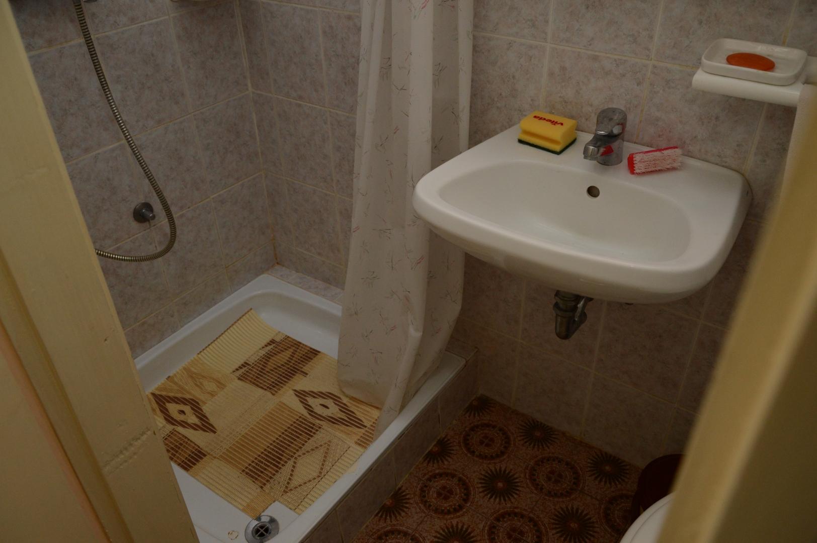Gemeinsame Badezimmer mit Dusche