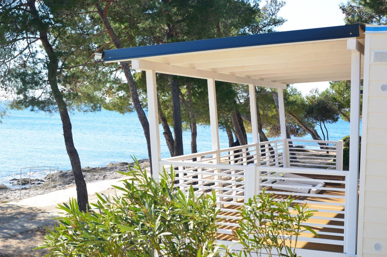 Überdachte Terrasse mit Blick auf das Meer