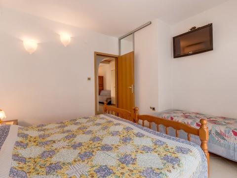 Zimmer mit Doppelbett und Einzelbett