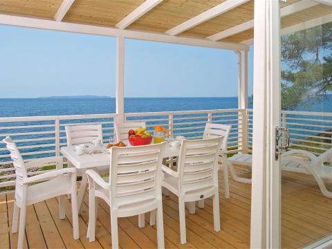 Tisch und Stühle für 6 Personen auf der Terrasse + 2 Liegestühle